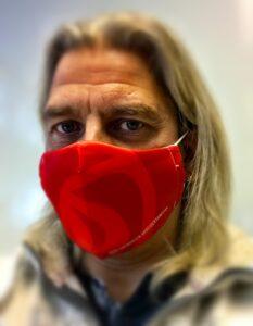 Artikkelforfatteren iført munnbind fra Høybråten Arbeidersamfunn